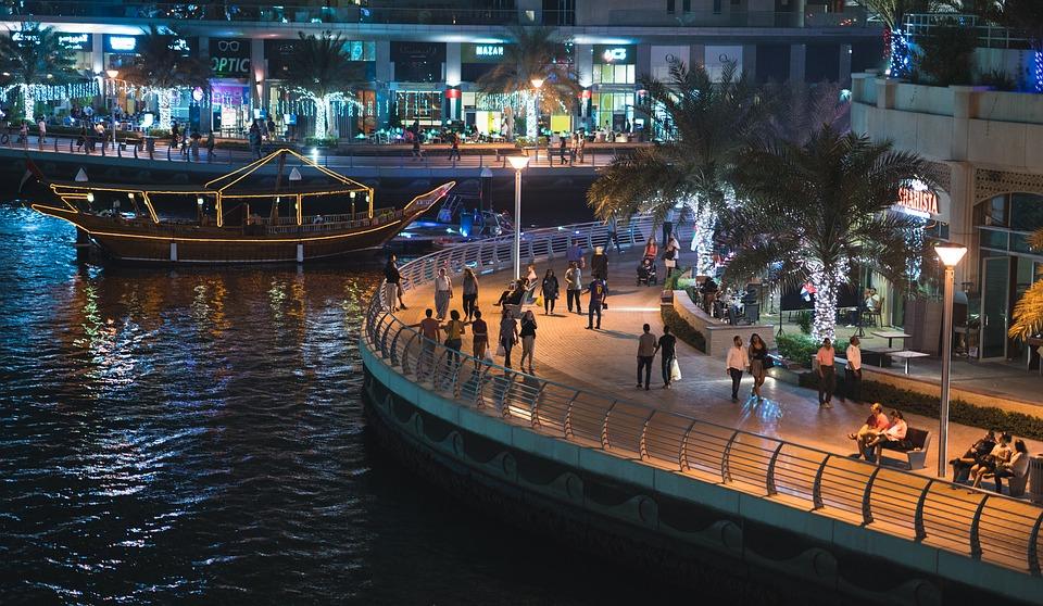Dubai by night - Vægreklamer der reagerer på folks samtaler