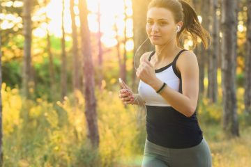 Hun hører musik mens hun løber for at holde sig i form